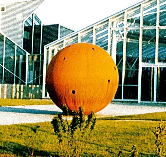 La boule devant le bâtiment isitem