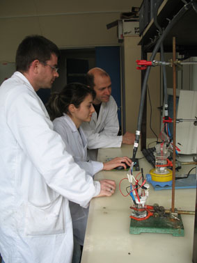 Sanaz entourée de Thierry Brousse (directeur) et Cédric (Post-Doc)